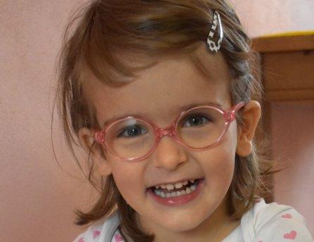 Fotka Táničky v okuliaroch, ktorej Lidl pomohol v rámci projektu Od začiatku v dobrých rukách