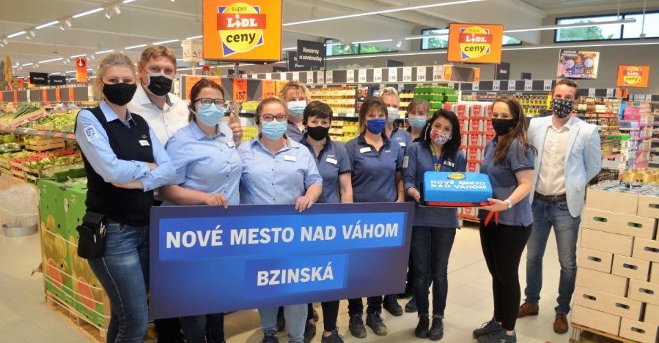 Zamestnanci novej predajne Lidl, otvorenej vNovom Meste nadVáhom stortou a bannerom