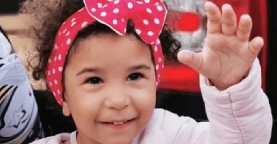 Fotka malej Mariannky sčervenou bodkovanou čapicou, ktorej pomohol Lidl vrámci