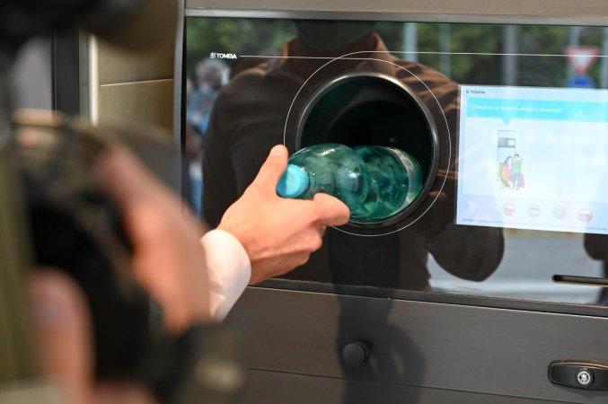 Automat nazber a recykláciu PET obalov vpredajni Lidl naTrenčianskej ulici
