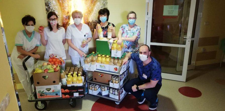 Pracovníci onkologických pracovísk si preberajú vitamínovú pomoc od spoločnosti Lidl