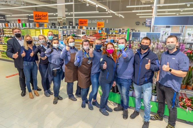 Zamestnanci novej predajne vObchodnom centre Laugaricio
